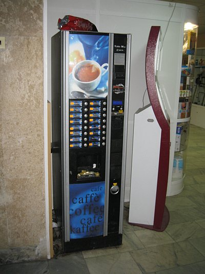 Сервис-Экспорт. Автомат кофе с платежным терминалом у главного входа в Сервекс.