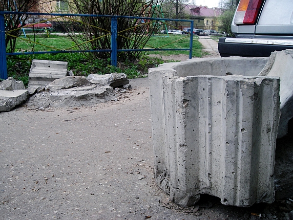 Раздолбайство на дороге во дворе дома 11 в Дубне Московской области. 2011 год